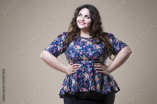 Photo  Plus size fashion model in casual clothes, fat woman on studio background, overw