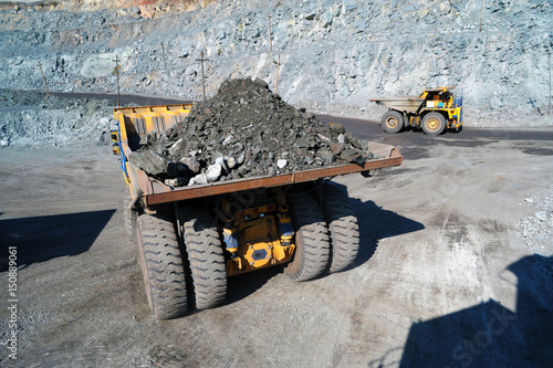 Plakat Ciężki wywrotka przewożący rudę żelaza w kopalni odkrywkowej