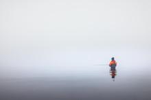 Angler In Wathose Im Wasser Am Meer Bei Nebel An Der Küste Beim Angeln Mit Angelrute