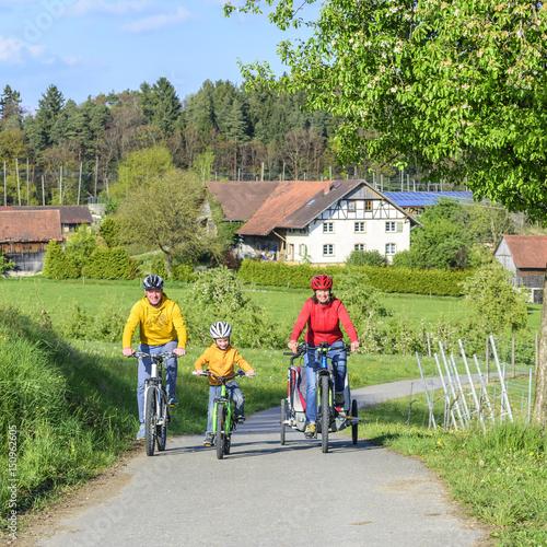 Foto op Plexiglas Fietsen Radtour in ländlicher Umgebung