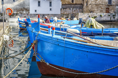 Cadres-photo bureau Ville sur l eau Blue boats in seaport of Monopoli, Italy