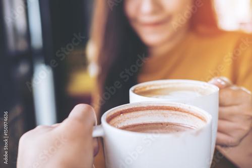 Zamknij się obraz mężczyzny i kobiety brzęk kawy kubki w kawiarni