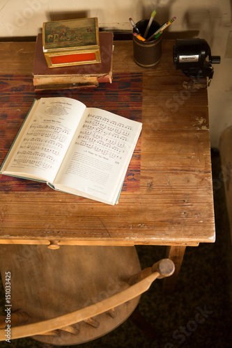 Fotografija  Open book on antique table