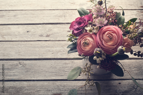 Fototapeta Flower arangement of roses and ranunculus