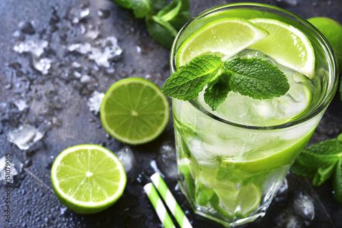 zimny-letni-napoj-mojito-w-wysokiej-szklance