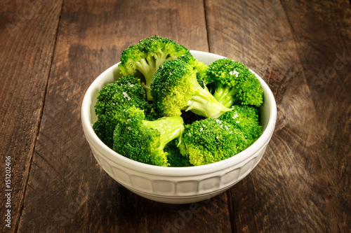 Photo  Cooked green broccoli with sea salt and copyspace