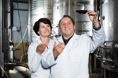 Deurstickers Toscane Two experts in winery