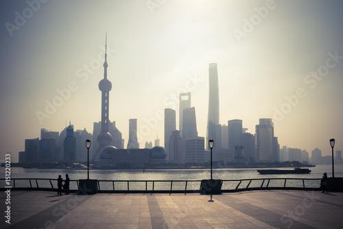 une vue du quartier moderne de Shanghai depuis l'esplanade d'en face