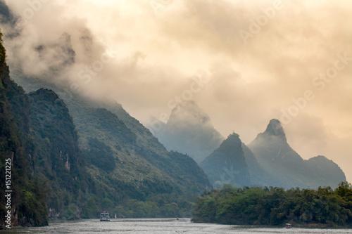 la rivière Li et les montagnes de Guilin en Chine sous un ciel orange
