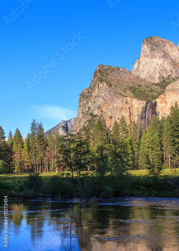 Photo  Scenic View in Yosemite Valley with Waterfall and Lake