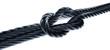 Kreuzknoten mit dunklem Seil in Perspektive vor Weiß