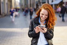 Glückliche Frau Steht In Der Stadt Und Tippt Auf Ihrem Handy