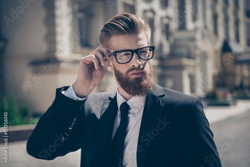 Fotografía  Nerdy hot bearded guy in a formal wear and glasses outside