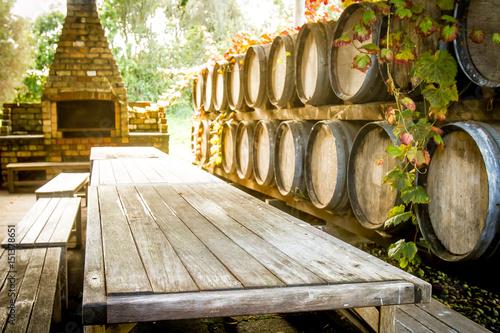 Fotografía wine wooden barrels at winery
