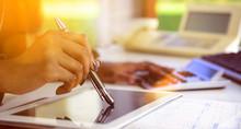 Dunkelhäutige Frau Kalkuliert Mit Stift AufTable Im Gegenlichtt