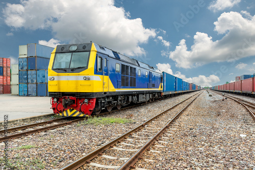 Plakat Platforma towarowa pociągu z pojemnikiem pociągu towarowego w magazynie w porcie wykorzystanie do logistyki eksportu tło.