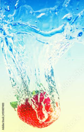truskawka-spada-do-wody-pozostawiajac-plamy-i-babelki