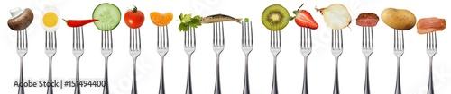 Poster Légumes frais Obst und Gemüse auf Gabeln, isoliert