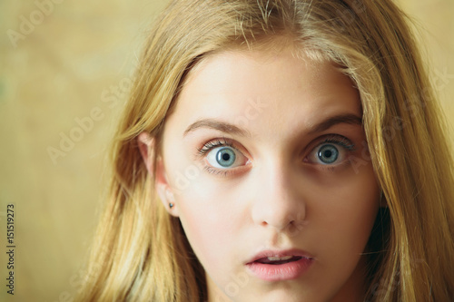 Fotografie, Obraz  beautiful surprised girl on wall background
