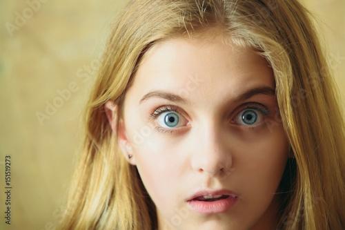 beautiful surprised girl on wall background Billede på lærred