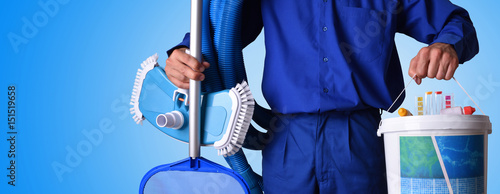 Fotografía  Concept swimming pool maintenance worker with blue background