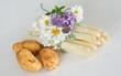 canvas print picture - Spargel mit Frühkartoffeln und Blumen dekoriert