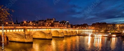 oswietlony-wieczorem-najstarszy-istniejacy-most-w-paryzu-pont-neuf