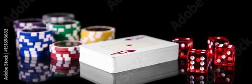 фотография  Spielkarten, Würfel und Jetons vor Schwarz, Konzept Spielwetten und Glücksspiel