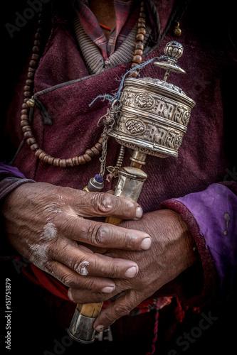 Plakat Tradycyjne buddyjskie koło modlitewne w ręku starca w indyjskim Himalajach. Diskit, Ladakh, Indie