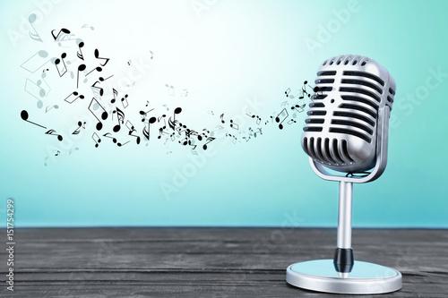 retro-mikrofon-z-unoszacymi-sie-nutami-na-niebieskim-tle