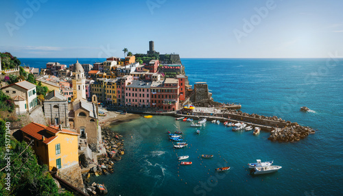 Foto op Plexiglas Chicago Panoramic overview of Vernazza village with colorful houses on bright summer sunny day, Cinque Terre National Park, La Spezia region, Liguria. Picturesque scene travel postcard.