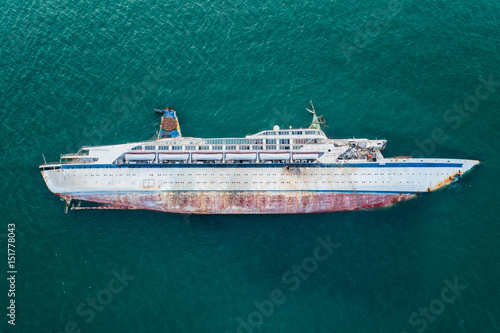 Photo Stands Shipwreck Diving team from insurance company check the crash boat