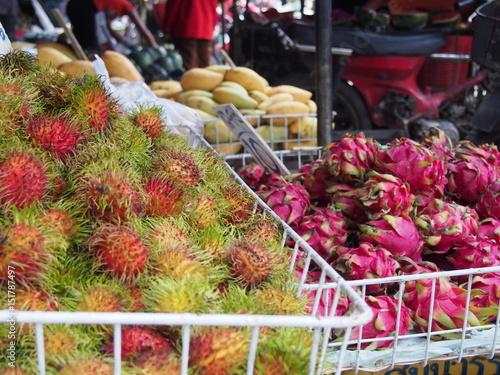 Fotografia a pile of fruits in open air fruits market