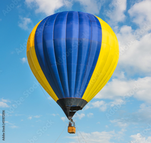 Tuinposter Luchtsport bright balloon in the blue sky
