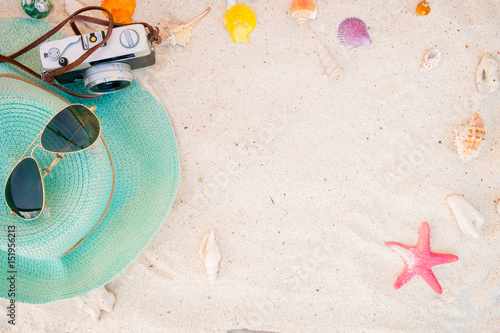 Fotografia  beach accessories on sandy - summer background