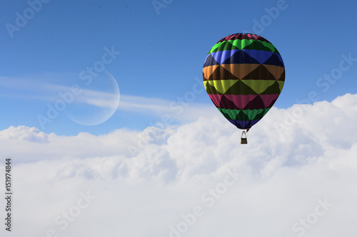 wzorzysty-balon-latajacy-nad-chmurami