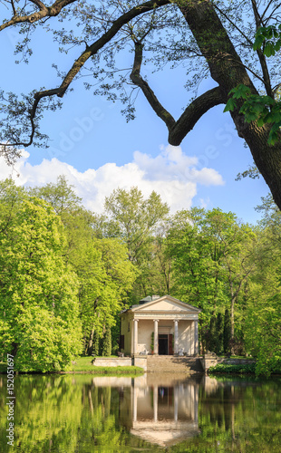 Arkadia koło Łowicza, w gminie Nieborów- Park Romantyczny w stylu angielskim. Widok Świątyni Diany nad zalewem rzeki Skierniewki