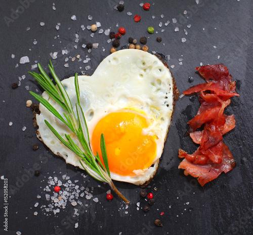 Deurstickers Gebakken Eieren Spigelei in Herzform mit Schinken und Rosmarin