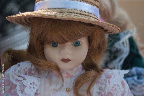 Photographie  poupée ancienne dans un vide grenier