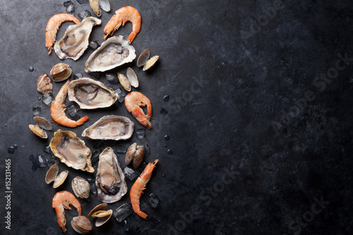 Poster Coquillage Fresh seafood on stone table