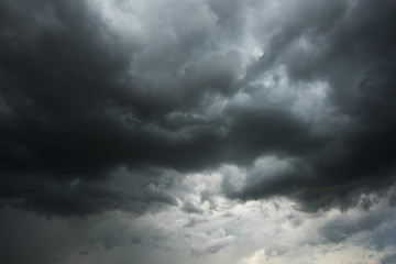 Ciemne niebo i czarne chmury przed deszczem, Dramatyczna czarna chmura i burza z piorunami