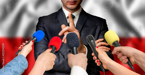 Carta da parati Polish candidate speaks to reporters - journalism concept