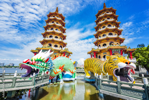Papiers peints Con. ancienne Kaohsiung, Taiwan Dragon and Tiger Pagodas at Lotus Pond.