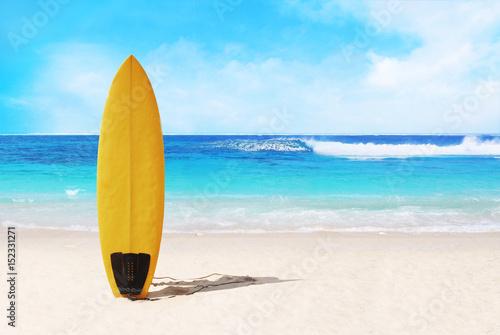 Plakat deska surfingowa na plaży