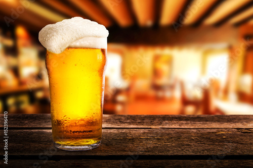Papiers peints Biere, Cidre glass of light beer on a table in a pub