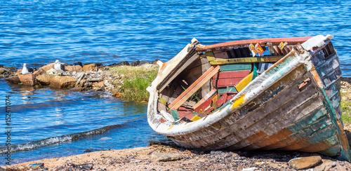 Fotografía  Barco velho na beira do lago.