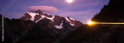 Spoed Foto op Canvas Violet Mount Mt Shuksan Bright Moon Night Car Headlights