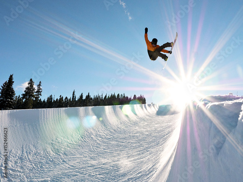Poster Glisse hiver Snowboarder Getting some Air in Full Pipe