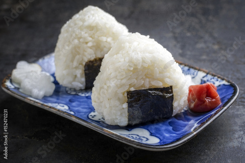 Photo  Traditional Japanese Onigiri with Umeboshi as close-up on a bowl