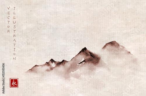 gory-w-mgle-recznie-rysowane-tuszem-w-minimalistycznym
